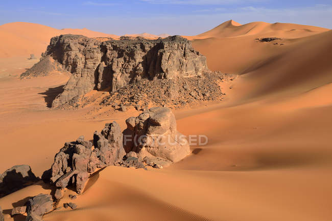 Algeria, Sahara desert, sand dunes and rock towers at Ouan Zaouatan — Stock Photo