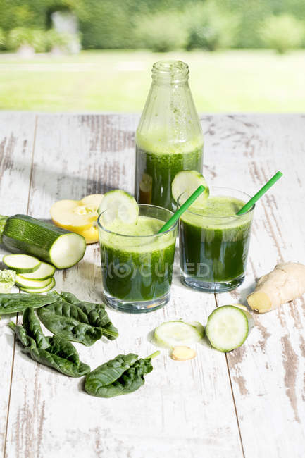 Smoothie with spinach, cucumber, ginger and apple — Stock Photo