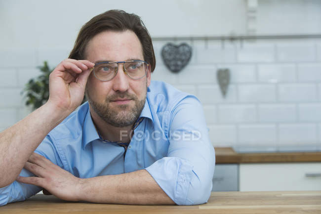 Retrato de hombre con gafas estilo antiguos - foto de stock