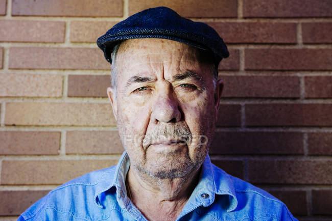 Ritratto di vecchio serio con berretto — Foto stock