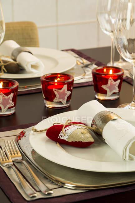 Festlicher gedeckter Tisch mit Kerzen geschmückt — Stockfoto