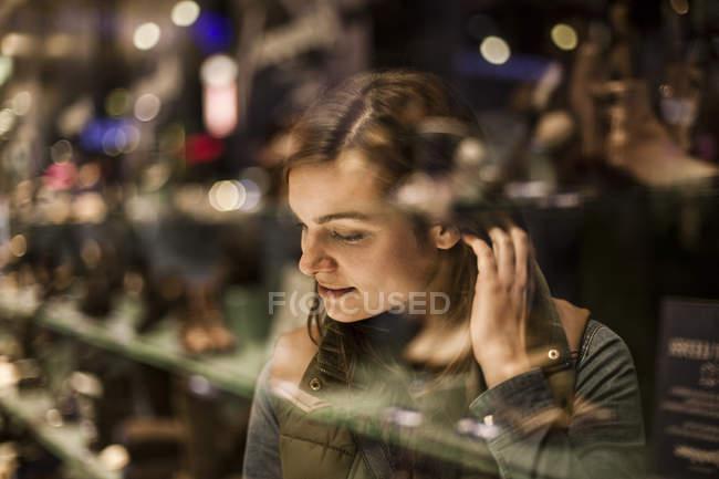 Frau blickt auf Schaufenster — Stockfoto
