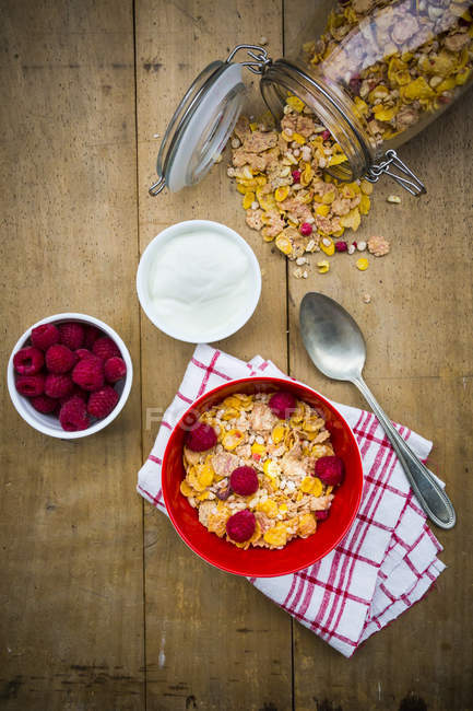 Чаші glutenfree мюслі з свіжою малиною і натурального йогурту — стокове фото