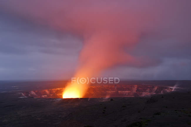 США, Гаваї, великий острів, Національний парк вулканів Кілауеа caldera з виверження вулкана Halemaumau — стокове фото