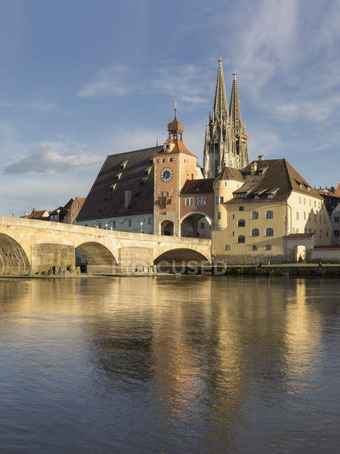 Alemanha, Bavaria, Regensburg, vista da cidade velha com a Catedral de ponte e regensburg — Fotografia de Stock