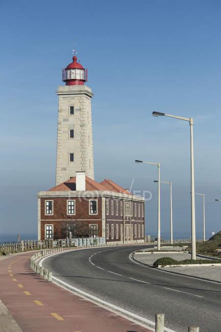 Faro vista dalla strada costiera — Foto stock