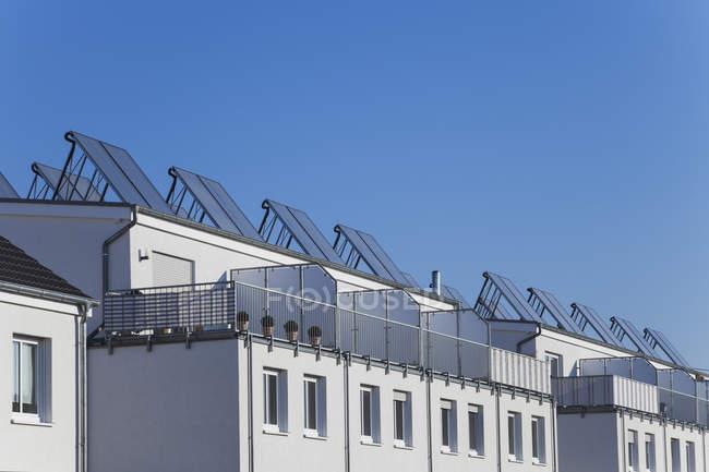 Pannelli solari su tetti di edifici residenziali, Colonia Widdersdorf, Germania — Foto stock