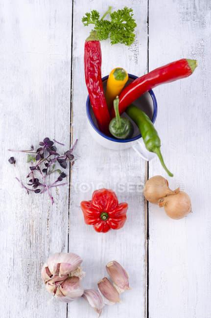 Кресс, перец чили, чеснок, парслей и лук на белом дне — стоковое фото