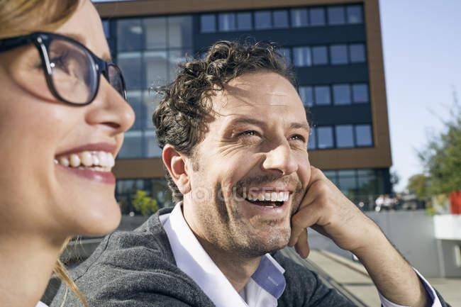 Портрет сміючись бізнесмен і підприємець, сидячи перед Офісна будівля — стокове фото