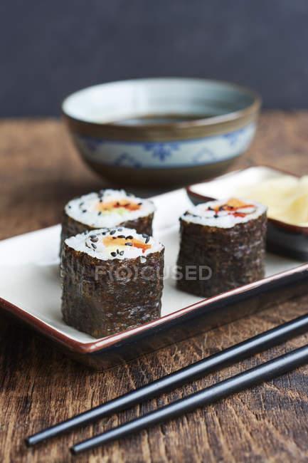 Овощные суши заполнены с сладкий картофель, морковь и перец — стоковое фото