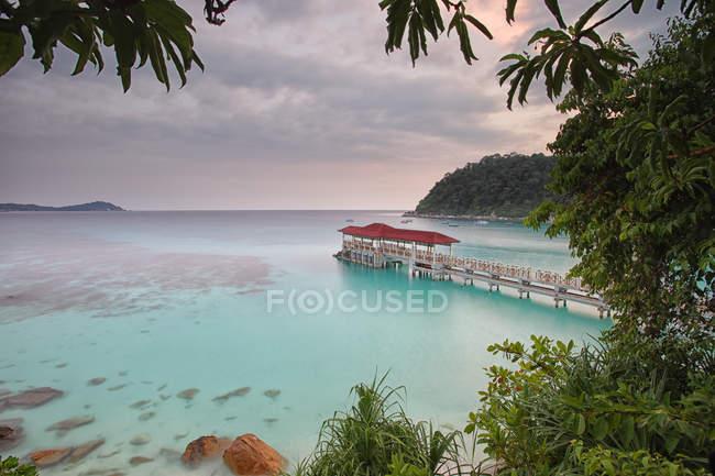 Malasia, Islas Perhentian, paisaje idílico con muelle de madera - foto de stock