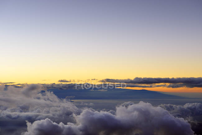 США, Гавайи, Мауи, Халеакала, вид с вершины горы на Большой остров при утреннем свете — стоковое фото