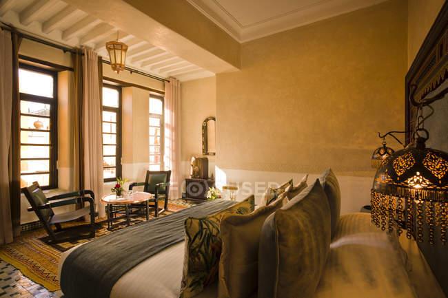 Морабо, Фес, Отель Риад Фес, гостиничный люкс в помещении — стоковое фото
