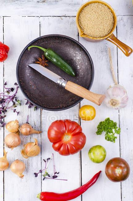Zutaten, Schüssel und Messer für die Zubereitung von couscous — Stockfoto