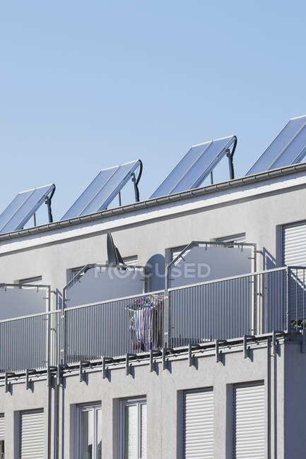 View of solar panels on roof of residential building at daylight, Cologne Widdersdorf, Germany — Stock Photo