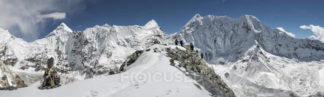 Nepal, Khumbu, Everest Region, Bergsteiger auf Inselgipfel — Stockfoto