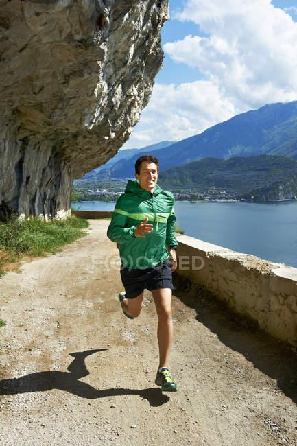 Man running at Lake Garda — Stock Photo