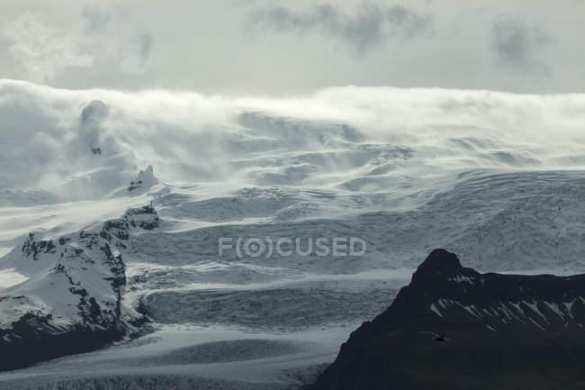 Islândia, Jokurlsarlon, montanhas e nuvens durante o dia — Fotografia de Stock