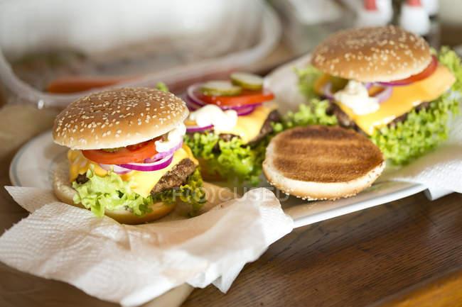 Домашнє чізбургери на стіл — стокове фото