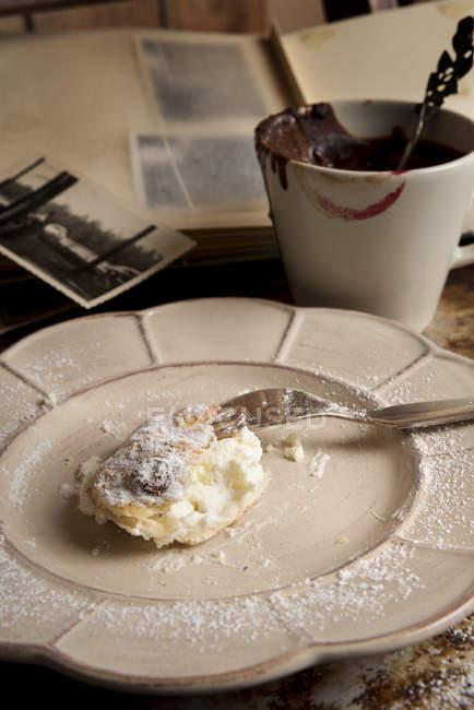 Остатки булочек, чашка горячего шоколада — стоковое фото