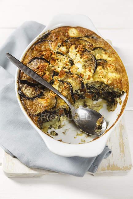 Moussaka vegetariano con berenjenas, patatas y lentejas - foto de stock