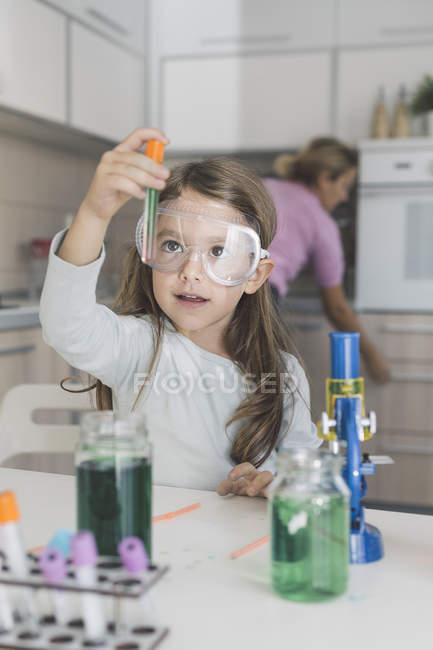 Mädchen spielt zu Hause naturwissenschaftliche Experimente — Stockfoto