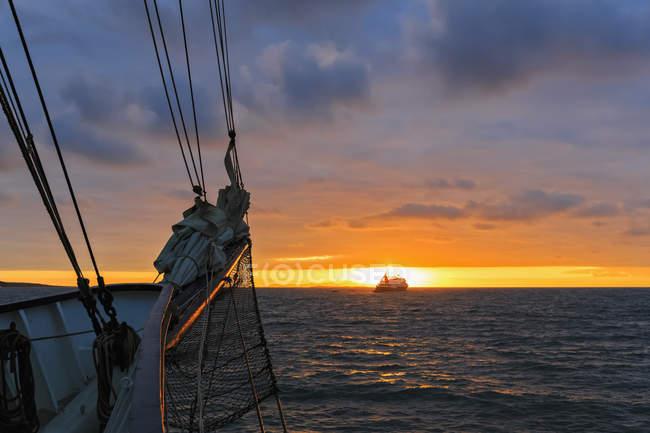 Pazifischer Ozean, Segelschiffe und Galapagos-Inseln bei Sonnenaufgang — Stockfoto