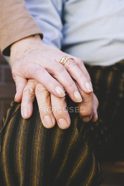 Close-up of holding hands of old couple — Stock Photo