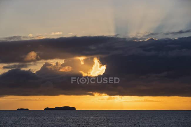 Pazifischer Ozean, Galapagos-Inseln bei buntem Sonnenaufgang — Stockfoto