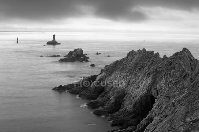 Frankreich, Bretagne, pointe du raz mit Leuchtturm — Stockfoto