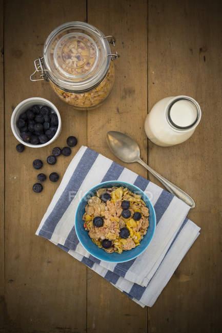 Glutenfrei-Müsli mit Milch auf Holz und Heidelbeeren — Stockfoto