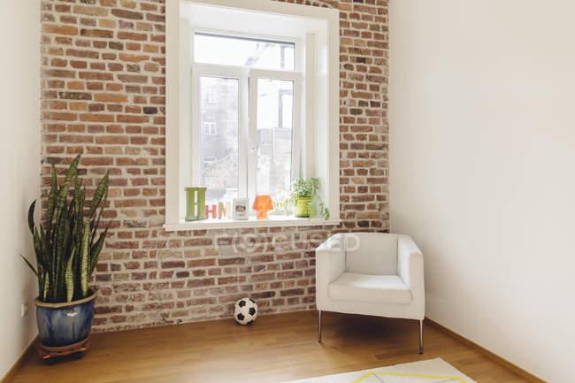 Camera con muro di mattoni in un edificio moderno all'interno — Foto stock