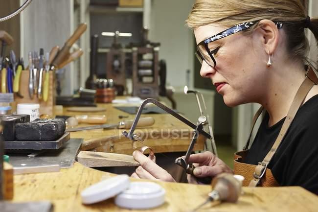 Goldsmith em oficina no trabalho, vista lateral — Fotografia de Stock
