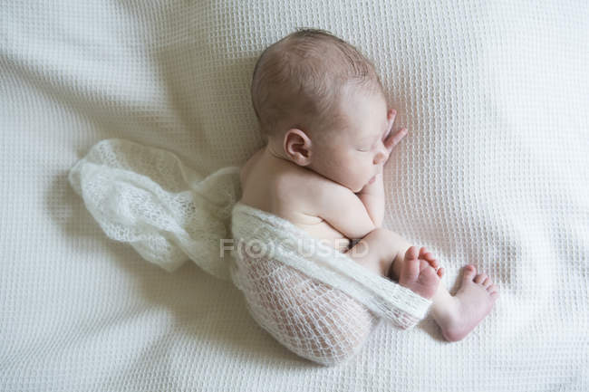 Спящая новорожденных на белом одеяле — стоковое фото
