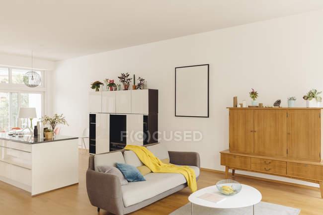 Sala de estar y cocina en casa moderna en el interior - foto de stock