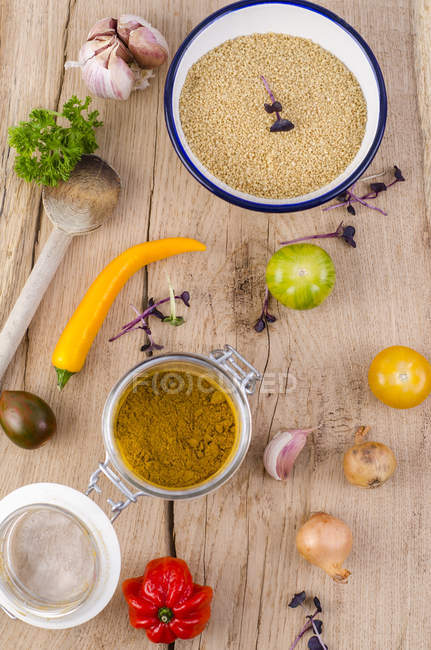 Bol de couscous, vegetablesand verre de curry sur bois — Photo de stock