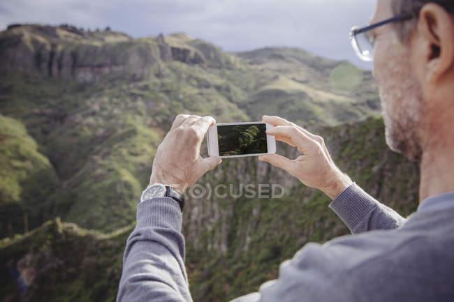 Uomo che fotografa Vega de San Mateo a Gran Canaria, Isole Canarie, Spagna — Foto stock