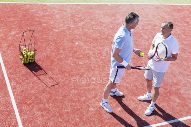 Dos jugadores de tenis en cancha de tenis - foto de stock