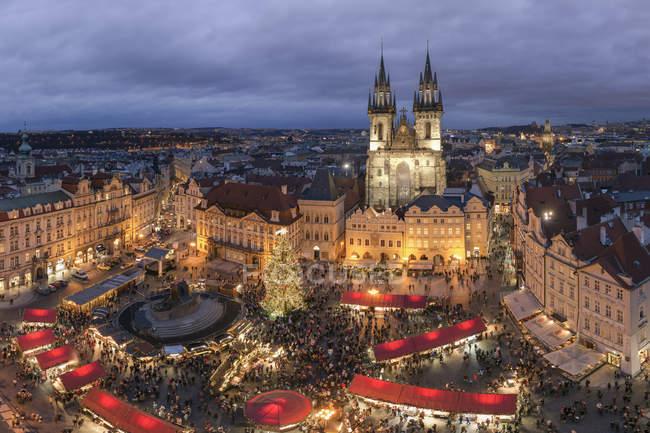 Tschechien, Prag, Blick zum beleuchteten Weihnachtsmarkt auf dem Altstädter Ring — Stockfoto