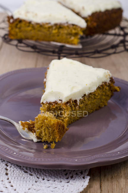 Шматок Морквяний торт з вапна доліва на тарілку — стокове фото