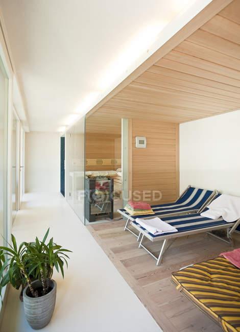 Casa unifamiliar, área de sauna dentro de casa — Fotografia de Stock