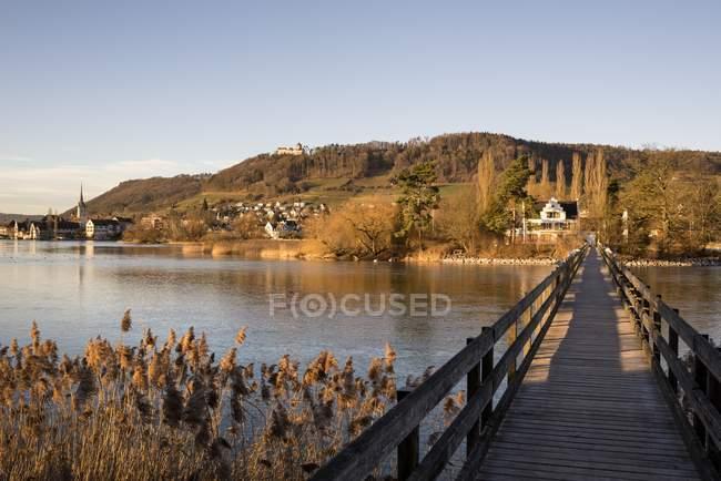 Pasarela de madera de Suiza, Thurgau, a Isla de Werd - foto de stock
