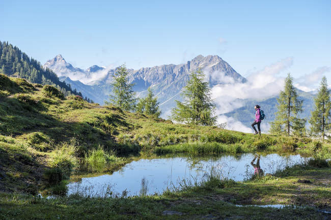 Austria, Salzburg State, Young woman hiking in mountains — Stock Photo