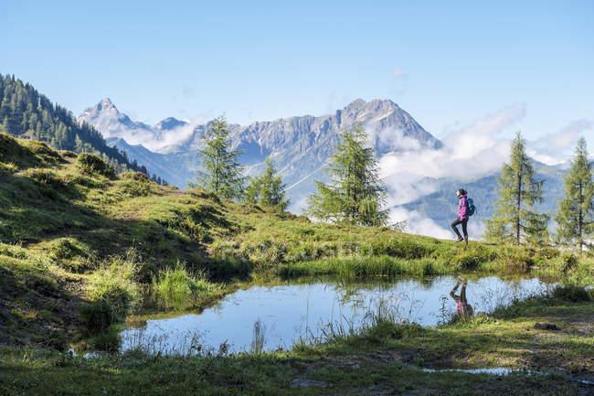 Österreich, Salzburger Land, junge Frau Wandern in Bergen — Stockfoto