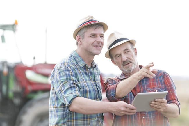 Zwei Bauern mit digital-Tablette — Stockfoto