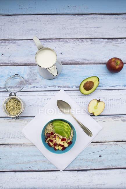 Авокадо і яблука мюслі з конопель насіння — стокове фото