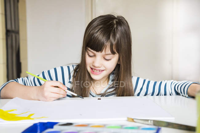 Girl painting with watercolours — Stock Photo