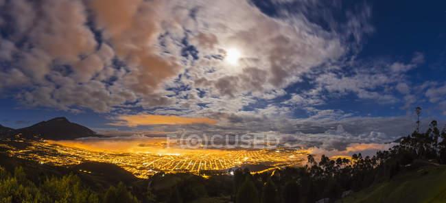 Южная Америка, Эквадор, Имбабура Прованс, Вид на Ибарру в синий час — стоковое фото
