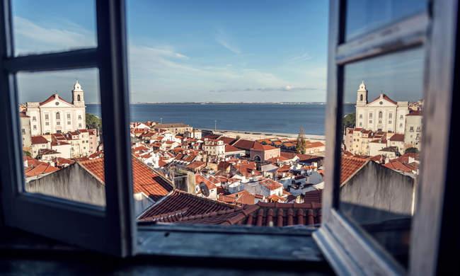 Portugal, Lisboa, vista do bairro de Alfama e o rio Tejo pela janela aberta — Fotografia de Stock