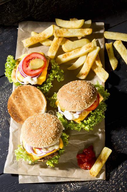 Домашнє чізбургери з французьким картоплею — стокове фото